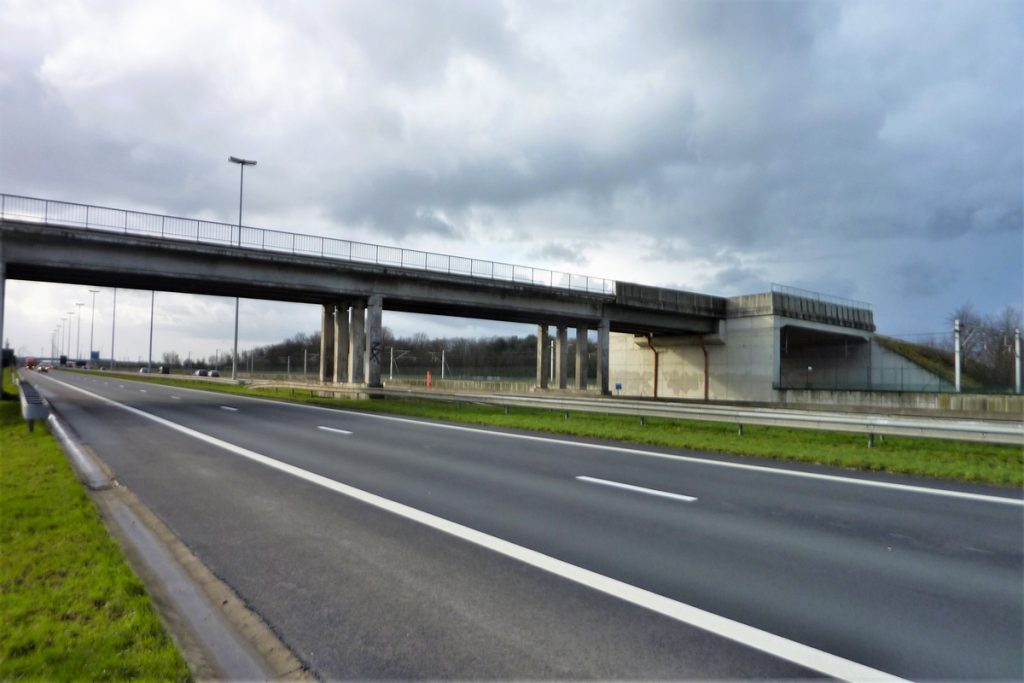 Brug op autoweg Antwerpen Breda